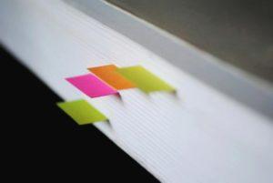 Buch für die Ausbildung mit Notizen.